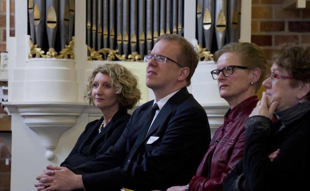 Manuela Kalsky met de twee auteurs van het essay